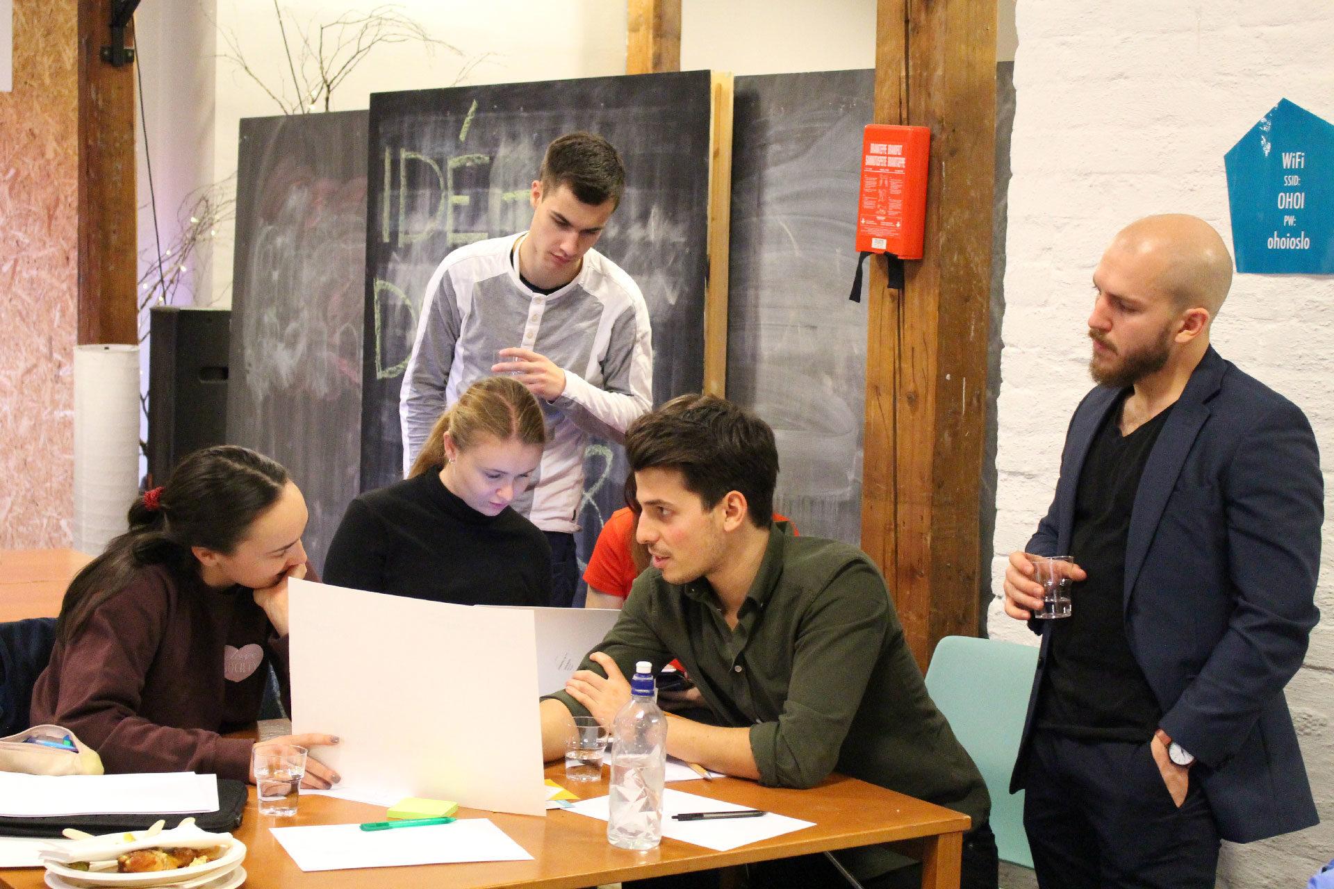Studenter diskuterer oppgave